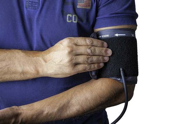 Prise de la tension artérielle au bras à l'aide d'un tensiomètre de bras