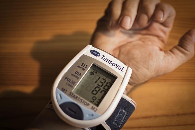 Une personne qui prend sa tension à l'aide d'un tensiomètre au poignet