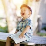 un garçon qui rigole